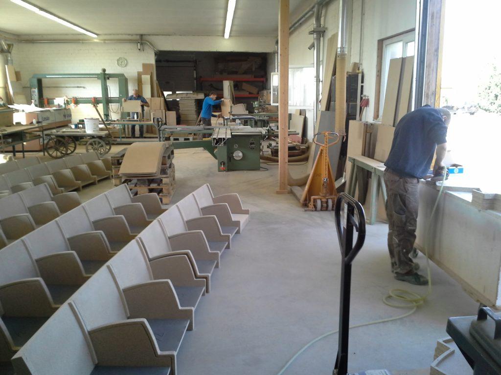 Sitzbänke für das Crematorium Westerveld in der Fertigung