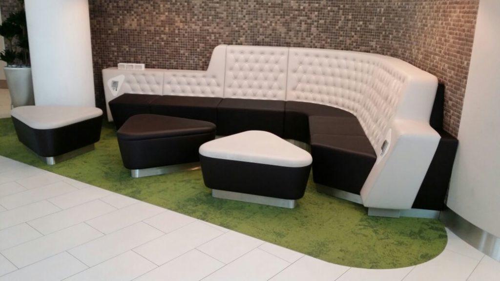Sitzbank mit Fußhockern im Minto, Mönchengladbach